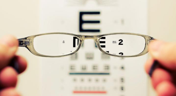 """Ternyata 3 Kebiasaan Inilah yang Bisa Membuatmu """"Mengenakan"""" Kacamata"""