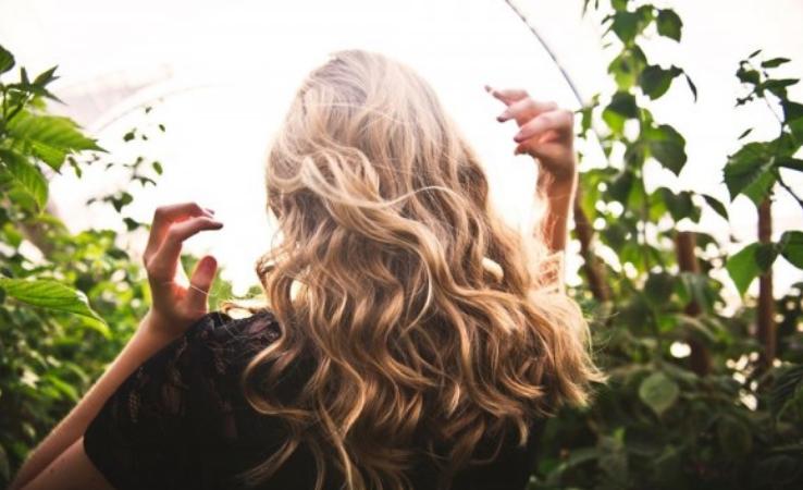 Kalau Mau Ngecat Rambutmu, Lebih Baik Pakai 3 Bahan Alami Ini Aja Deh!