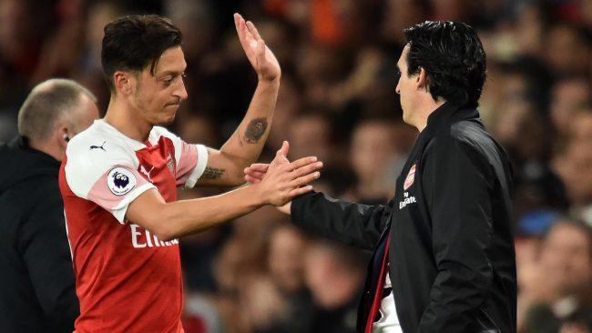 Hubungan yang kurang mengenakan antara Mesut Ozil dan sang manajer, Unai Emery membuat tim menjadi terusik